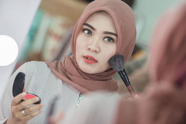 Tidak-Nampak-Kusam-Yuk-Coba-4-Tips-Make-Up-Natural-untuk-Perempuan-Berhijab