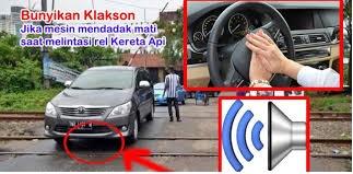 Jangan Panik!! Jika Mobil Anda Mogok Di Perlintasan Kereta Api, Tekan Klakson..!! Begini penjelasannya.. Silahkan Share..!!