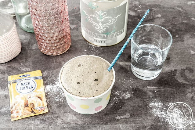 Keramikvasen mit Farbe und Backpulver selbermachen