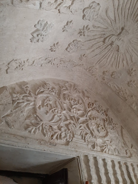 stucco decorations in the form of vines, leaves, stars, flowers, columns and figures