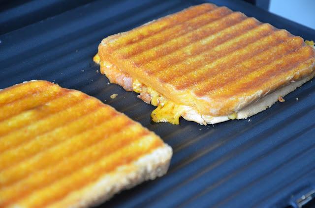 Tosti met pittig gehakt en barbecuesaus