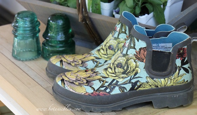 5 features in floral gardening shoes include rubber tread soles for safety