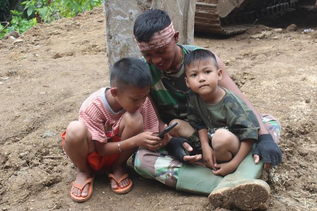 Keramahan Personel TMMD Kodim 1424/Sinjai Membuat Anak-anak Nampak Ceria