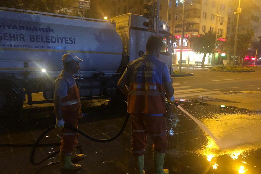 diyarbakir-buyuksehir-belediyesi-bulvar-ve-caddeleri-temizledi