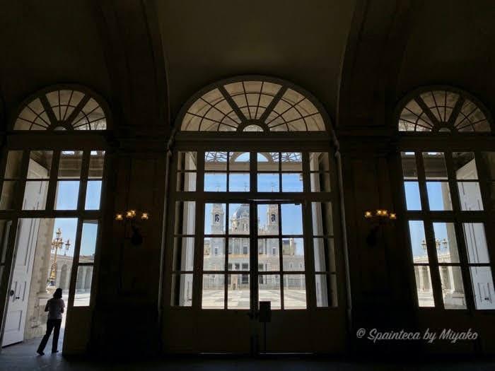 Palacio Real de Madrid マドリードの王宮の窓越しから眺めるアルムデナ大聖堂