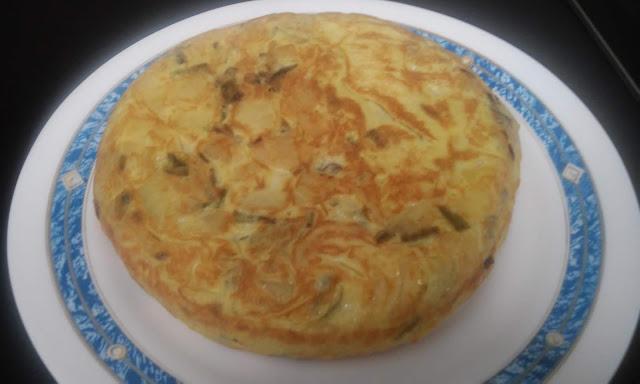 Tortilla De Patatas Y Pimientos Verdes Con Cebolla Morada