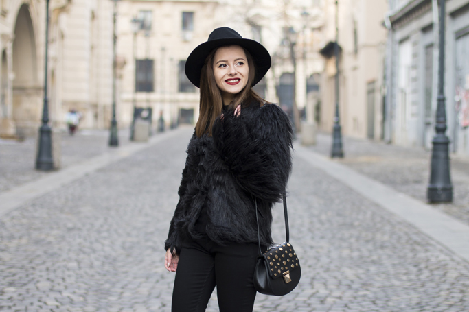 haina din blana artificiala neagra