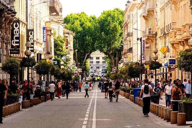 calles con gente sin mascarilla