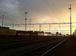 zeleznicka-stanica-nocu-mracne-vrele-price