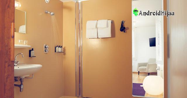 konsep kamar mandi minimalis dengan shower dan dinding krem