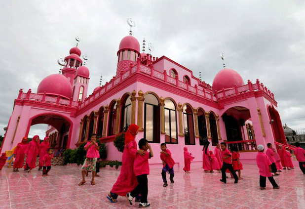 Masjid Pink Ini Jadi Favorit Wisatawan, Mirip Istana Negeri Dongeng