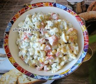салат из болгарского перца, кукурузы, маринованных огурчиков