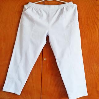 Białe spodnie – idealne na lato