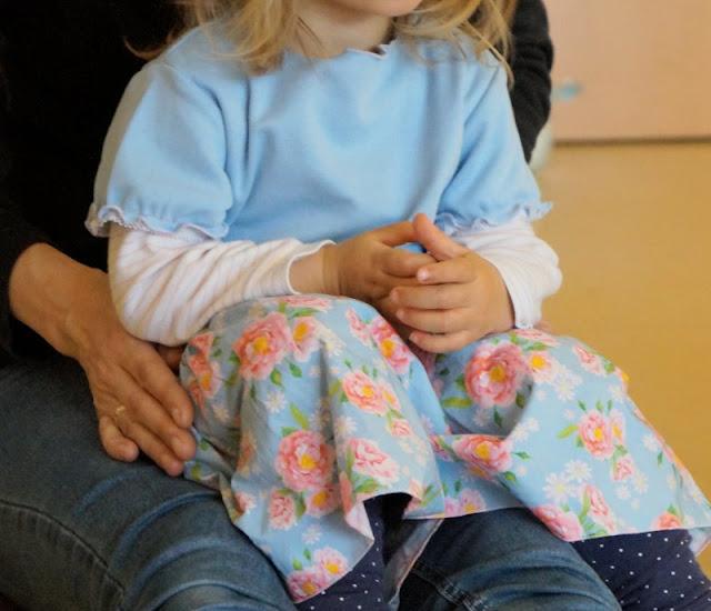 Lia Bach: Zauberhafte Festtagskleidung für Kinder. Hellblaues Mädchenkleid mit Blumen