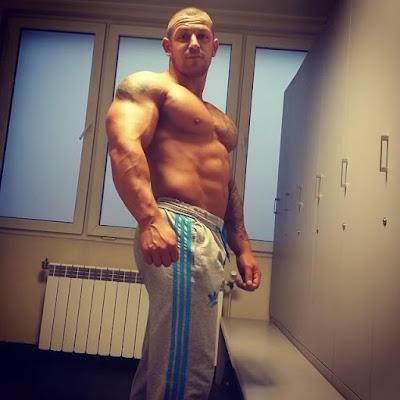 misicavi-fitnes-trener-bez-majice-plocice