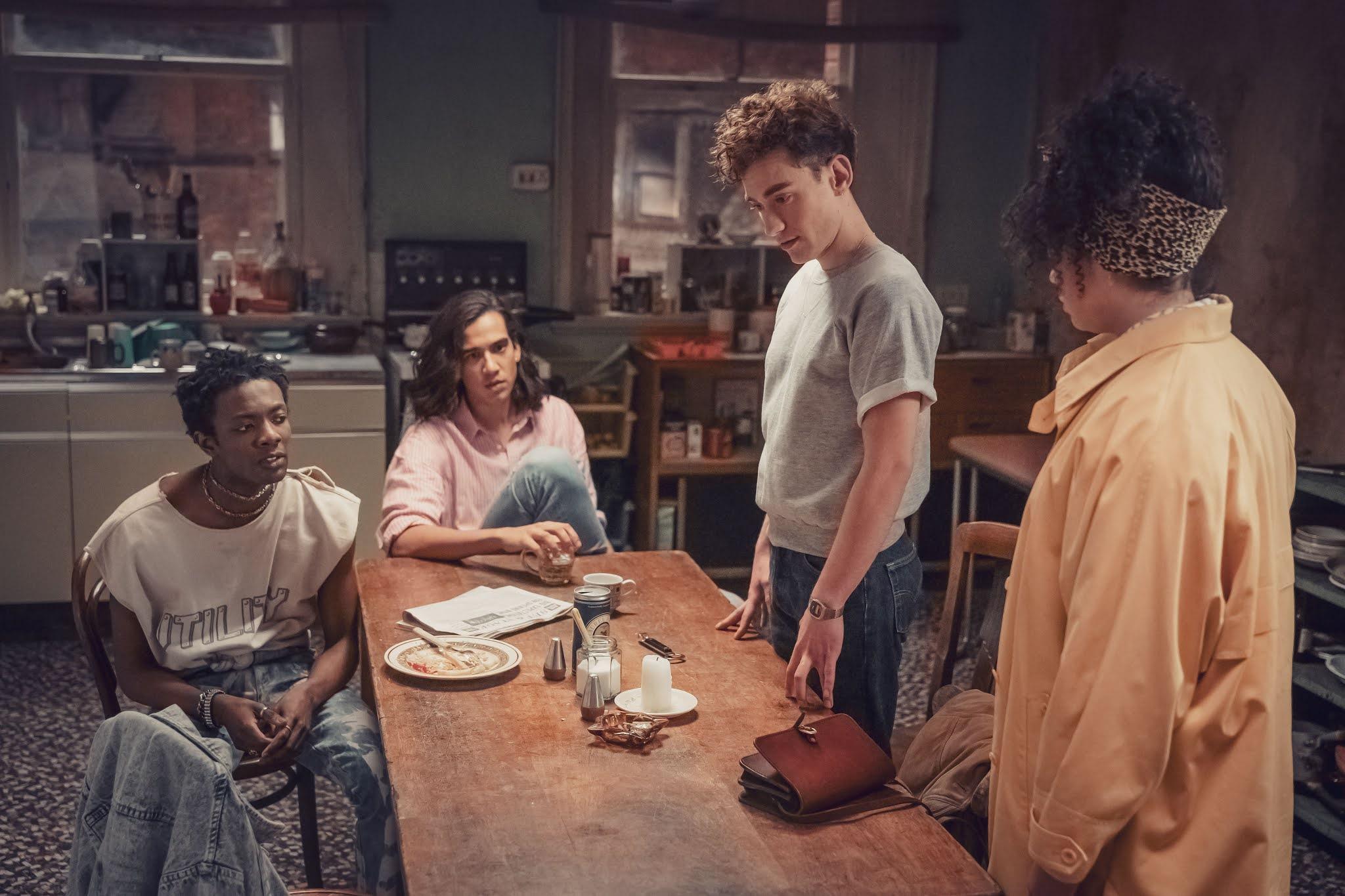 Olly Alexander y el resto del elenco en una escena de 'It's a Sin', la nueva serie de Russell T. Davies para HBO España