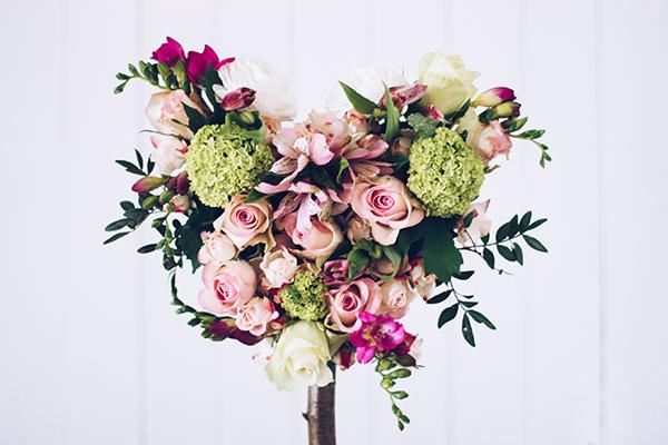DIY Geschenk zum Muttertag: Ein Herz-Baum aus frischen Schnittblumen. Titatoni.de