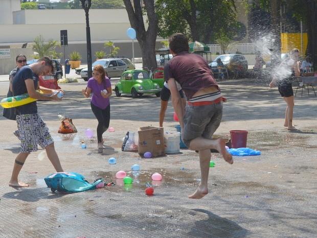 Mais de mil pessoas confirmaram presença em guerra de bexigas com água no maracanã