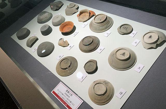 浜松市の伊場遺跡群から発掘された奈良時代から平安時代前期に掛けての墨書土器には漢字が書かれており平仮名は見られない(2018年6月11日撮影)