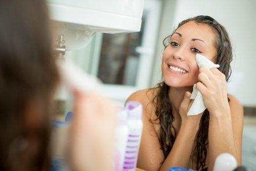Conseils beauté: Utilisez une serviette pour enlever l'éclat du visage