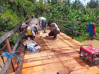 Bhabinkamtibmas Polsek Cendana Polres Enrekang Bersama Babinsa Bergotong Royong Membangun Jembatan