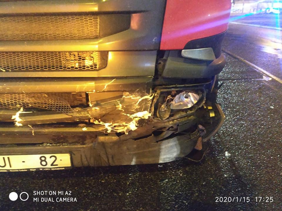 Kravas auto bojājumi avārijas rezultātā
