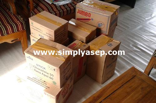 KARDUS : Semuanya sudah siap diangkut kepada yang memerlukan. Waqaf buku buku dari kami. Foto Asep Haryono