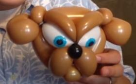 Ballonmodellage eines Hundekopfes in Form einer Bulldogge.