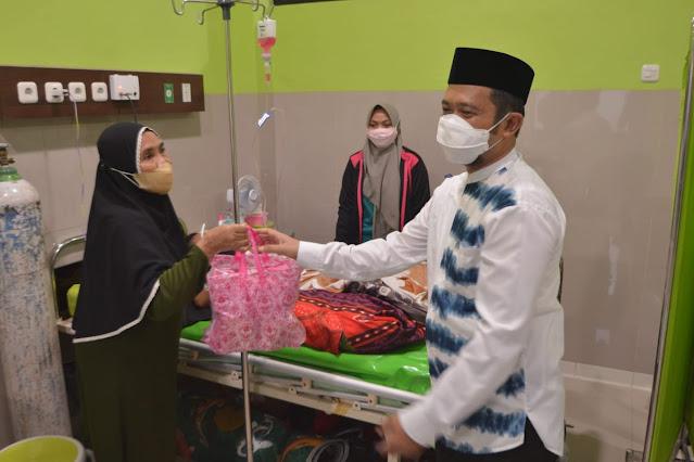 Berbagi di Bulan Ramadan, Manajemen RSUD Sinjai Sedekah Takjil untuk Pasien