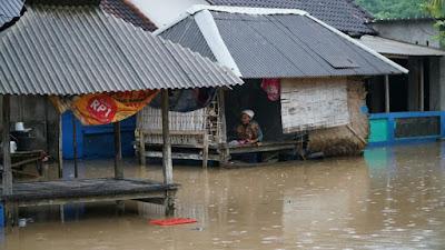 Terendam Air Bah, Warga 4 Dusun di Lembar di Evakuasi