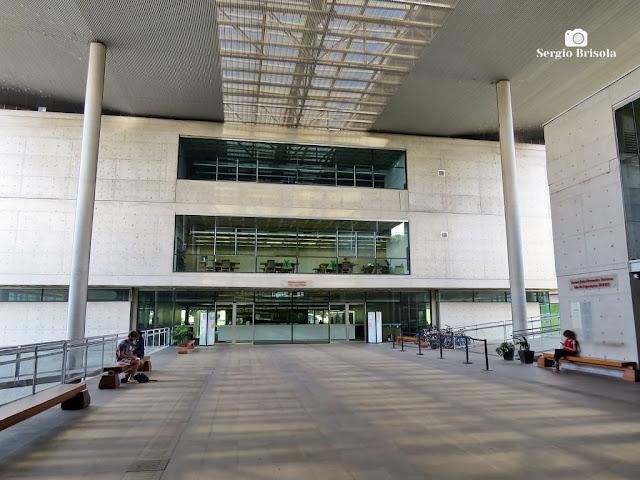 Vista ampla do átrio e entrada da Biblioteca Brasiliana Guita e José Mindlin - Cidade Universitária da USP - Butantã - São Paulo