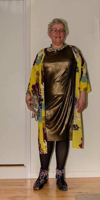 Kaffesoester in gold dress and yellow kimono