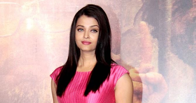 Aishwarya looks gorgeous and in her 25's in the pinky ...