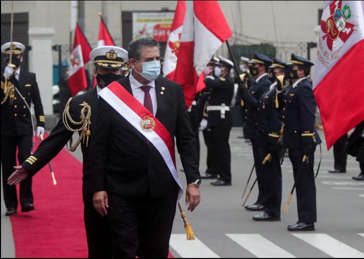 El presidente interino de Perú, Manuel Merino, pasa revista a una guardia de honor luego de juramentar al cargo tras la destitución del presidente Martín Vizcarra por los legisladores, en Lima, el martes 10 de noviembre de 2020 / VOA