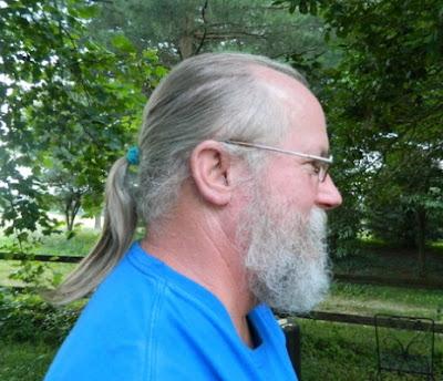 model rambut panjang dikucir berkacamata