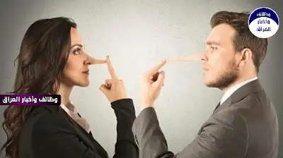 """""""قيل لحكيم ذات مرة: أحقًّا يُفضِّل الرجالُ النساءَ الثرثارات على الأُخرَيات؟ قال: وأيُّ أخرَيات؟!"""". تنتشر الكثير من التنويعات على هذه """"المقولة"""" في أوساط وسائل التواصل الاجتماعي العربية، وعلى الرغم من أنها عادة ما تُستخدم لأغراض التهكُّم والضحك، فإنها تجد مكانها بوصفها عقيدة ثابتة في أذهاننا تقول إن النساء بطبعهن ثرثارات، الأمر الذي بدوره يُثير نوعا من """"الرأي العام""""، تُشارك فيه النساء كالرجال، يضع المرأة في قالب الأكثر كذبا ونميمة مقارنة بالرجال.  الغريب أن هذا النمط من القناعات عن المرأة عابر للثقافات، بمعنى أنه لا يخص مجتمعا بعينه، بل إن لوان بريزيندين، مؤسسة عيادة النساء والهرمونات في جامعة كاليفورنيا، قد نشرت في عام 2006 كتابها """"دماغ المرأة"""" (The Female Brain) الذي أشارت فيه، دون أدلة علمية واضحة، إلى أن المرأة تتحدث يوميا عدد كلمات أكبر من الرجل بفارق ثلاثة أضعاف، لكن هل هذا الادعاء صحيح؟  اهتمت بعض الجوانب البحثية بالفعل بالفروق بين الرجل والمرأة في طبيعة الكلام اليومي، تُفيد هذه الدراسات بالأساس في نطاقات البحث عن الفروق الجندرية، الأمر الذي قد يُفيد بدوره في نطاقات متنوعة تبدأ من الطب وتصل إلى التسويق، بمعنى أن الشركات يمكن أن تُحسِّن من مبيعاتها عبر فهم أفضل لطبائع عملائها.  في العام 2004 نشر فريق تابع للجمعية الأميركية لعلم النفس تحليلا تلويا بدورية(1) """"ديفيلومنتال سايكولوجي"""" فحص نتائج 73 دراسة سابقة في هذا النطاق، ركّزت أساسا على الأطفال من الناطقين بثلاث لغات مختلفة. وجد الفحص أن الفتيات تكلّمنَّ بـ """"انتماء""""، أي بميل لتكوين روابط مع الآخرين مع درجة من العاطفة، أكثر من الفتيان الذين تحدثوا بـ """"حزم""""، وفي المتوسط تكلمت الفتيات أكثر من الأولاد، ولكن فقط بفارق ضئيل لا يمكن أن يُعتَبر مؤثرا من وجهة نظر إحصائية، أضف إلى ذلك أن هذا الاختلاف الضئيل كان واضحا فقط عندما تحدث الأولاد والبنات إلى أحد الوالدين، ولم يُلاحظ عندما كانوا يتحدثون مع أصدقائهم.  التحليل التلوي (Meta-analysis) هو آلية بحثية تعمل على فحص نتائج عدة دراسات قد تكون متوافقة أو متضادة، وذلك من أجل تعيين توجُّه أو ميل واضح لتلك النتائج، أو لإيجاد علاقة مشتركة ممكنة فيما بينها، عادة ما يفيد في التجارب السريرية والنفسية، لأن هذه النطاقات تحوي الكثير من المتغيرات التي لا تجعل من دراسة واحدة مصدر حسم في """