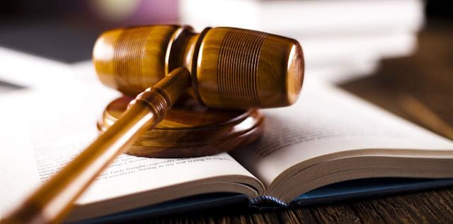 تتكون العائلة القضائية من سلطات ثلاث- الاتهام فالدفاع ثم القضاء
