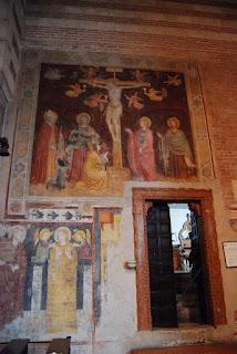 Les murs latéraux de la nef sont recouverts de fresques du XIIème au XVème siècle