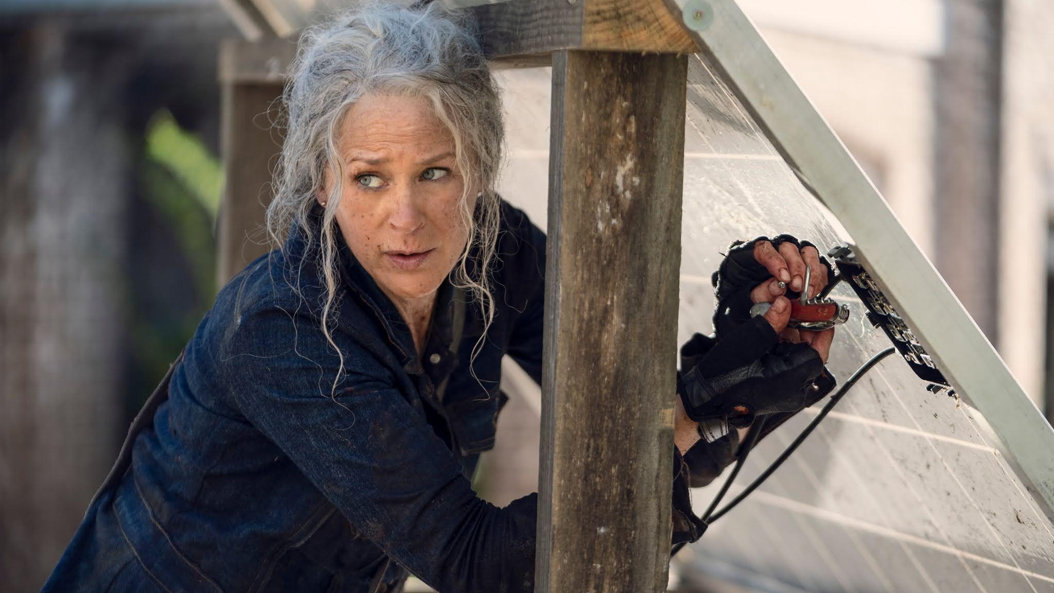 Carol arregla un panel solar en The Walking Dead