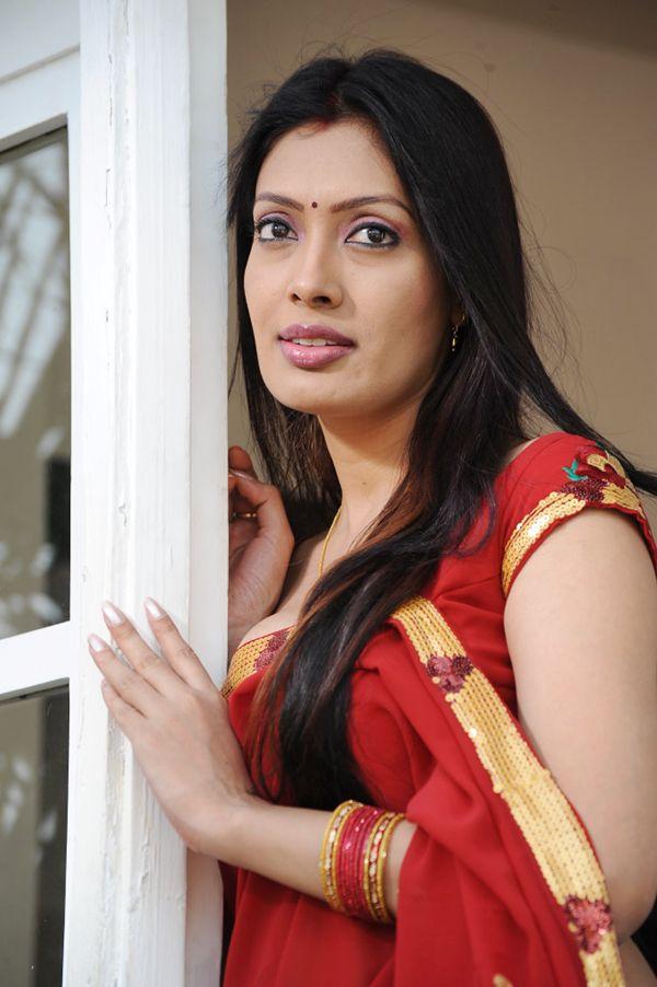 Bollywood Hollywood Lip Lock: Surabhi Looking Hot In Red Saree