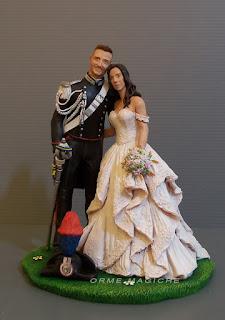 cake topper statuine sposi realistiche con sposo in gus carabinieri con sciabola e cappello orme magiche