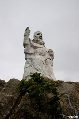 La statua del Padre Eterno si erge all'Acquario di Tregastel