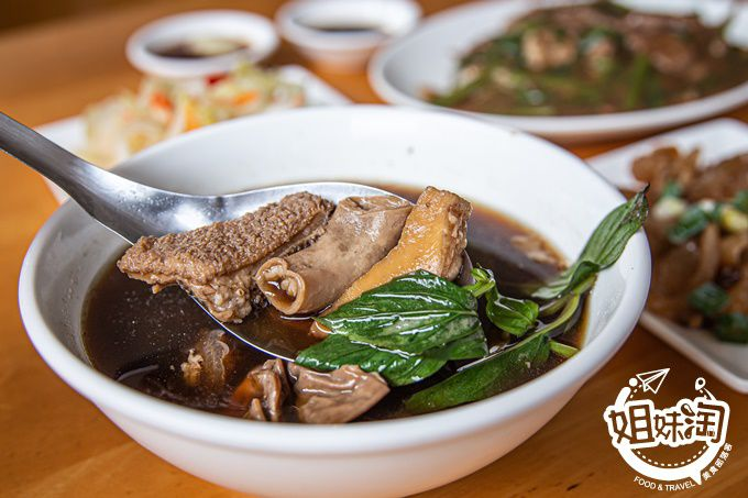 在市區就能吃到$60的土宰牛雜湯,湯頭濃郁卻不油濁,大火爆炒的牛肉燴飯,平價親切回味無窮-正宗土宰牛雜湯