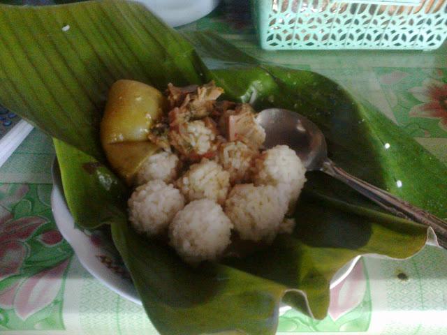 Nasi Penggel, Kuliner Khas Kebumen yang Hampir Punah - Penulis ingat beberapa waktu yang lalu, ketika Bapak mengajak membeli Nasi Penggel