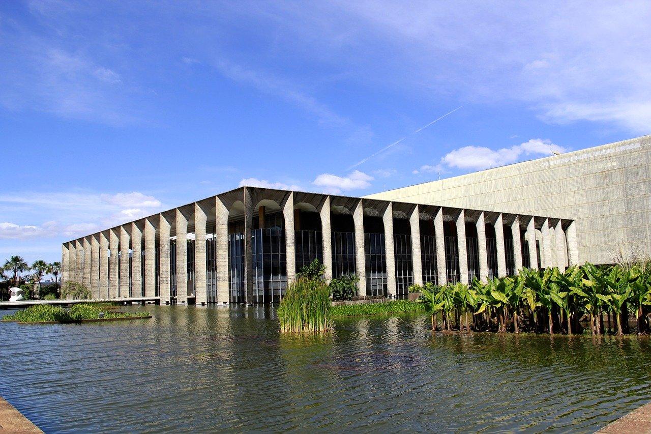 construção arquitetonica com vários arcos sobre um espelho d'agua e plantas flutuantes