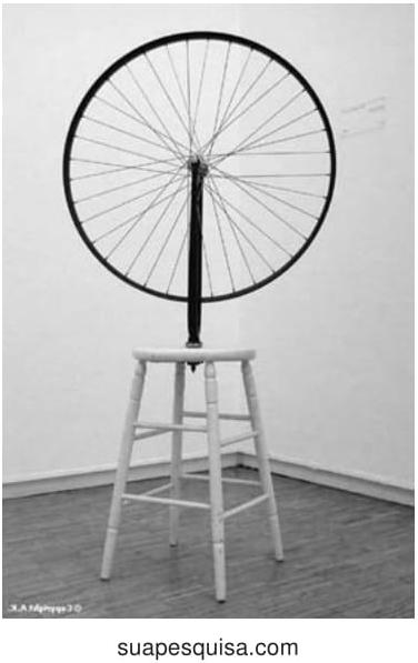 """A obra """"Roda de Bicicleta"""", de Marcel Duchamp, de 1913, inaugurou a proposta de readymade, utilizando objetos prontos, não construídos pelo artista, na produção da obra de arte."""
