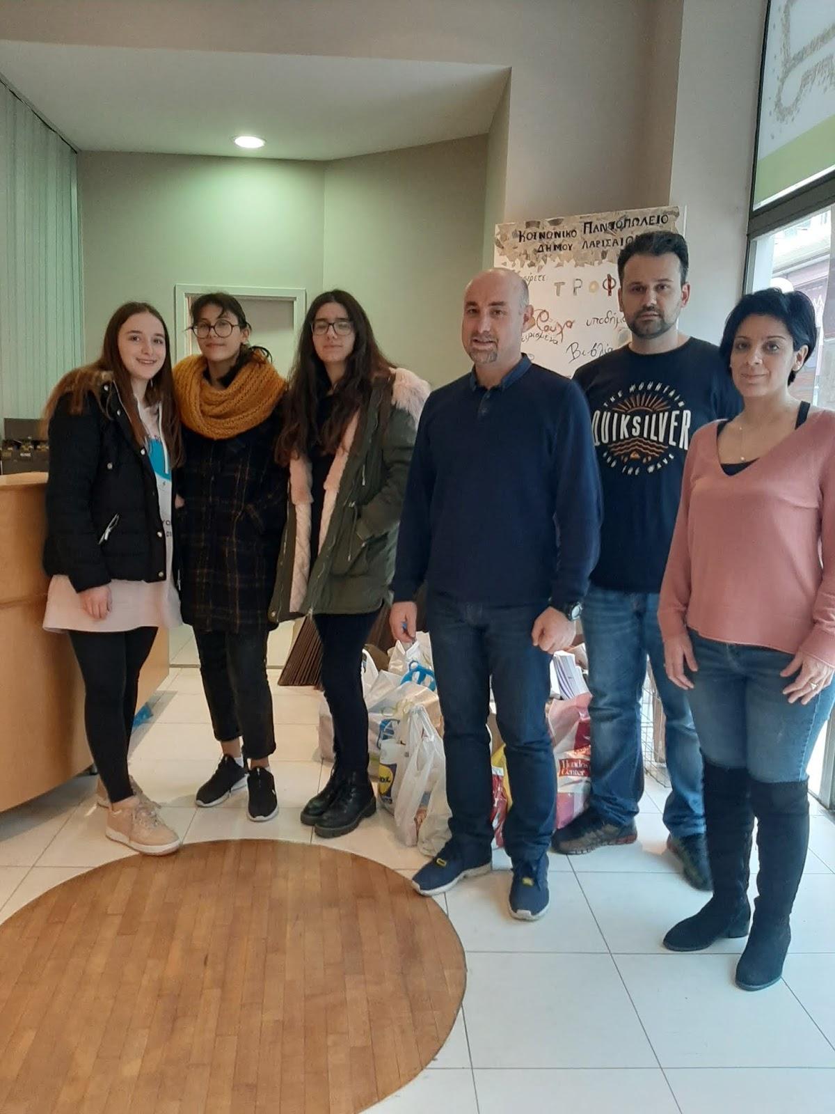 Τρόφιμα προσέφεραν οι μαθητές του 12ου Λυκείου Λάρισας