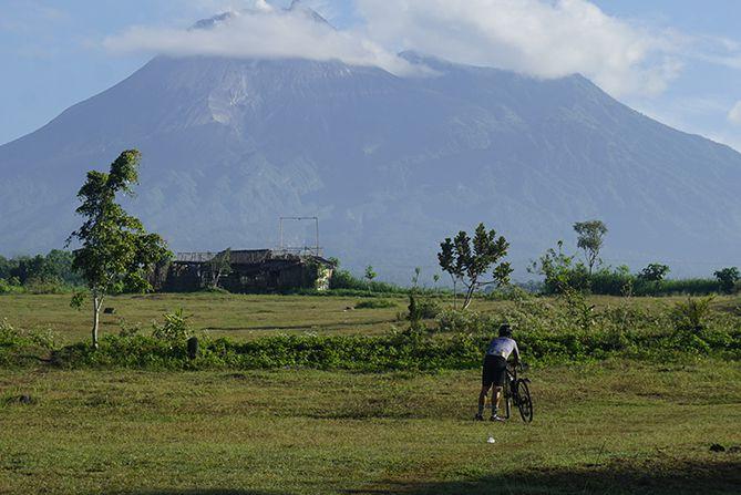 Gunung Merapi tampak jelas dari sekitaran Kemalang, Klaten