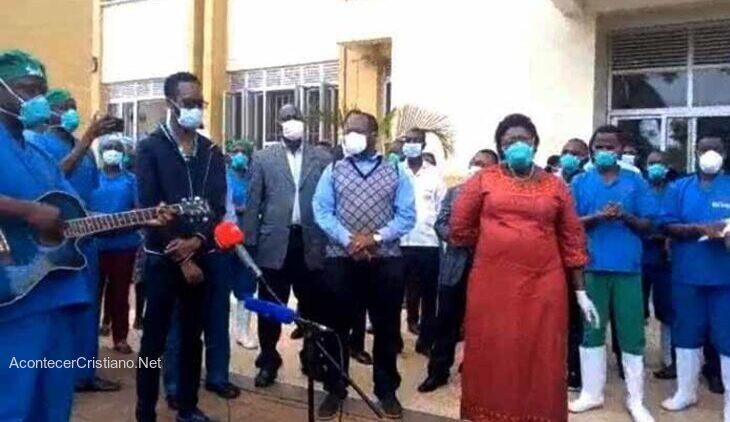 Médicos cantan en hospital de Uganda