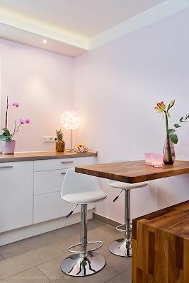 Esstisch für eine kleine moderne Küche aus Massivholz - gleichzeitig Erweiterung von Arbeitsbereich und nutzbarer Fläche
